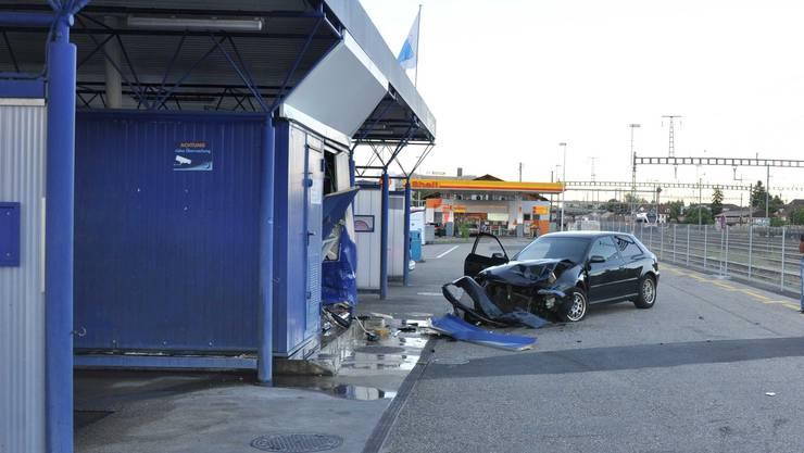 Das Auto rammte die Waschanlage. Die Mittelwand wurde eingedrückt, mehrere Wasserleitungen wurden beschädigt.