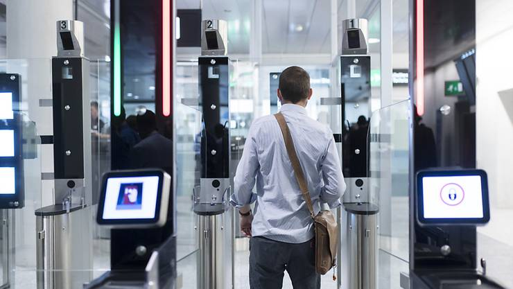 Auch am Flughafen Zürich soll künftig das neue Informationssystem für die Schengen-Aussengrenzen zum Einsatz kommen. Erfasst werden die Daten von Reisenden aus Drittstaaten, die für einen Kurzaufenthalt einreisen. (Symbolbild)