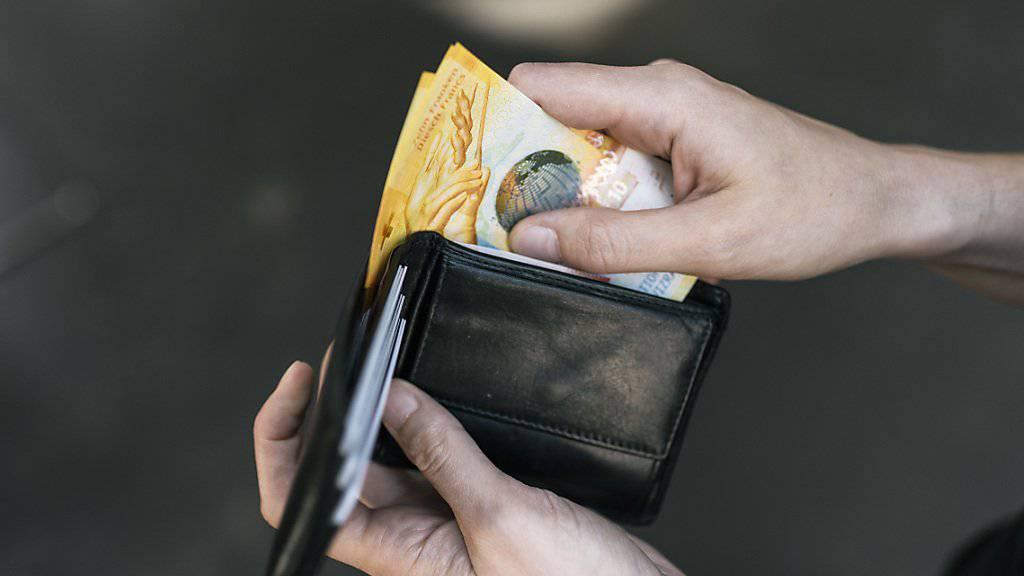 Trotz einer Lohnerhöhung auf dem Papier dürften die meisten Angestellten im kommenden Jahr unter dem Strich nicht mehr Geld im Portemonnaie haben. Schuld ist die Teuerung. (Themenbild)