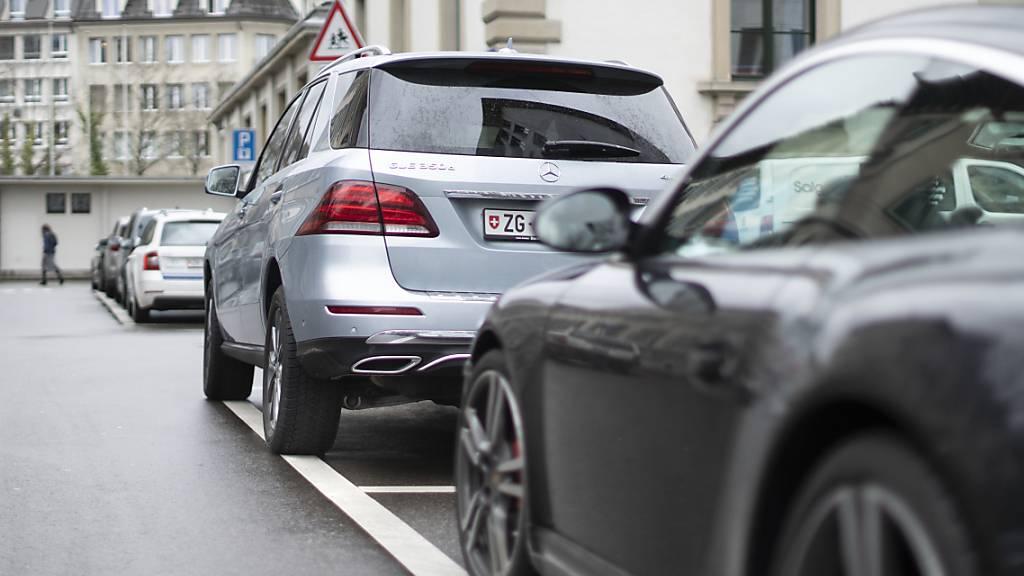 Autofahrer, die keinen eigenen Parkplatz besitzen, werden je nach Schweizer Stadt für Dauerparkkarten unterschiedlich zur Kasse gebeten. (Archivbild)