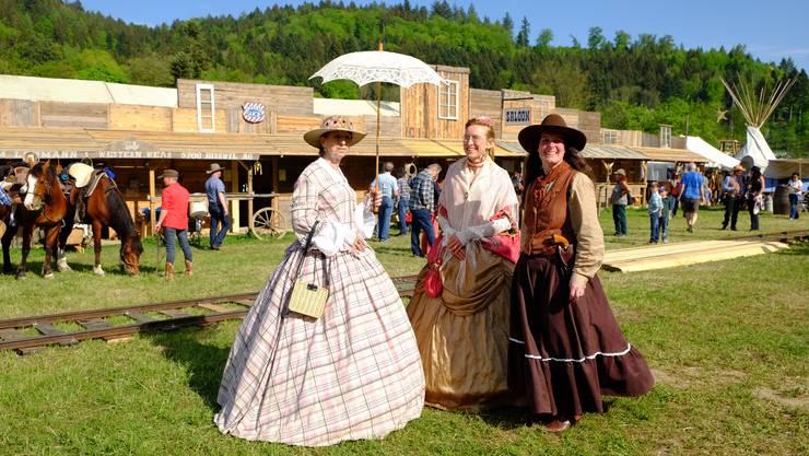 Marlise Tobler und Theres Keller (v.l.) in den Südstaatenkleidern von um 1860 sind aus Zürich bzw. aus dem Thurgau angereist. Rechts Daniela Marty.