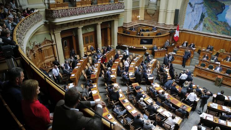Im Nationalratsaal sitzen die 200 Parlamentarier gemäss ihrer politischen Gesinnung: rechts jene der SVP, links jene der SP.
