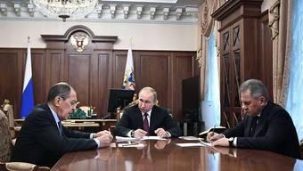 Der russische Präsident Wladimir Putin berät mit Aussenminister Sergej Lawrow und Verteidigungsminister Sergej Schoigu über den INF-Abrüstungsvertrag.