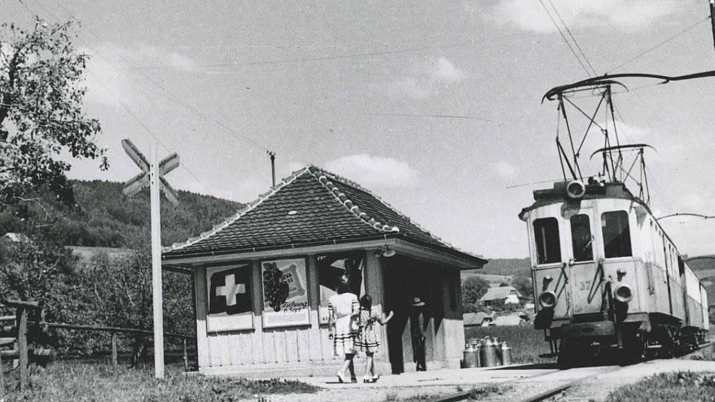 Ein Zug der Vereinigten Bern-Worb-Bahnen macht Halt in Stettlen. Das Bild stammt aus dem Jahr 1947.