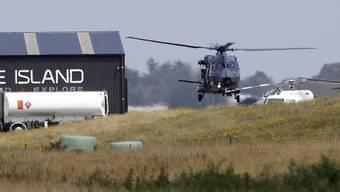 Ein Marine-Helikopter kehrt nach der Leichenbergung auf der Vulkaninsel White Island zum Flughafen Whakatane auf der neuseeländischen Nordinsel zurück.