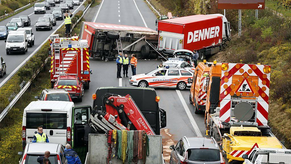 Wegen des verunfallten Lastwagens kam der Verkehr auf der A1 in der Waadt in Richtung Genf zum Erliegen.