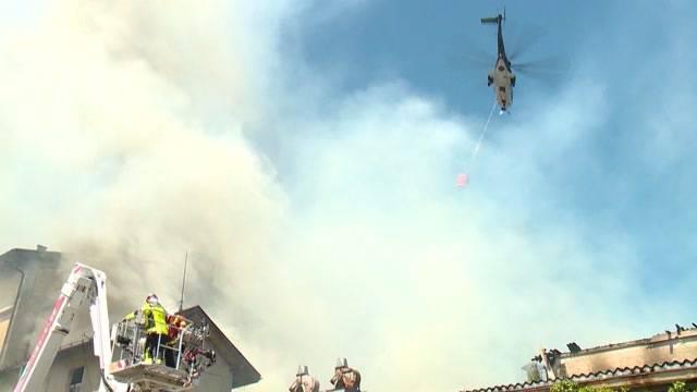 Feuerwehr und Militär kämpfen gegen Flammen