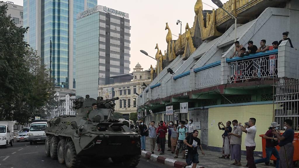 Panzer des myanmarischen Militärs fahren in der Innenstadt von Rangun (Yangon). Foto: Thet Htoo/ZUMA Wire/dpa