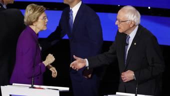 Warren verweigert Sanders den Handschlag.