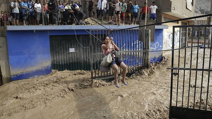 Rettungsaktion in Lima: Seit Dezember anhaltende Regenfälle halten Peru in Atem. In drei Monaten starben schon mehr als 60 Menschen.