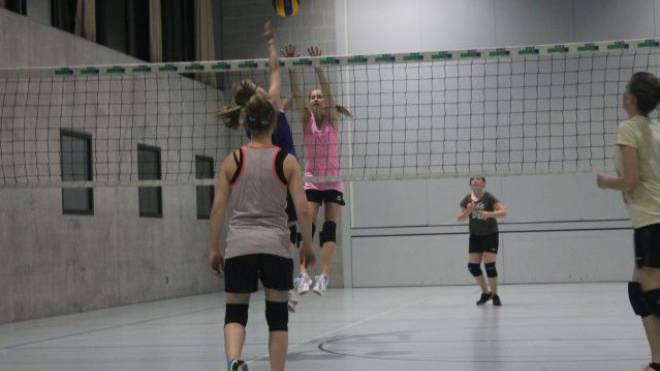 An der jährlichen Volleyball-Nacht messen die volleyball-begeisterten Schüler der 6. Klasse und der Oberstufe Cazis ihr Können in verschiedenen Mannschaften. Foto: Daniela Andreoli (15 Jahre)
