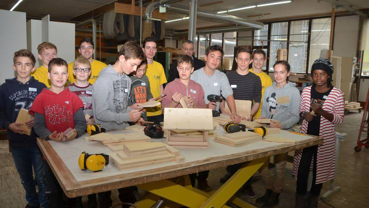 Diese 10 Schülerinnen und Schüler aus dem Schenkenbergertal (vorne) liessen sich von den Auszubildenden der Herbert Härdi AG (mit gelben Sweatshirts) bei der praktischen Arbeit anleiten. Geschäftsleiter Thomas Härdi (hi. Mitte) freute sich über die gute Zusammenarbeit.