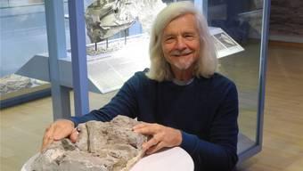 Grabungsleiter Ben Pabst mit einem Teil des Raubsaurier-Skelettes, das im letzten Jahr ausgegraben wurde. Archiv/mf