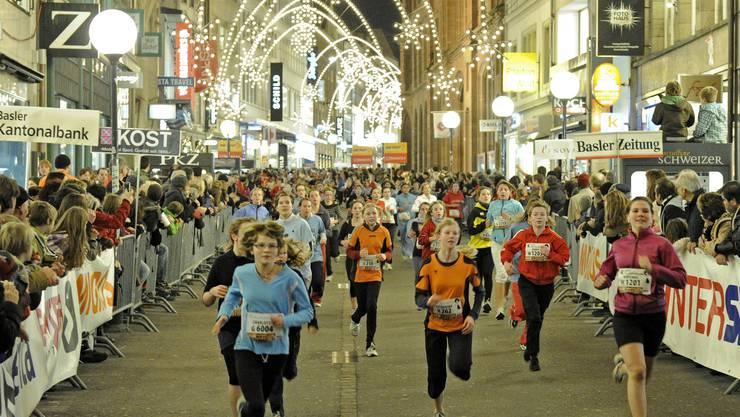 Über 9000 Läuferinnen und Läufer rennen am Samstag wieder durch die weihnachtlich beleuchtete Freie Strasse.