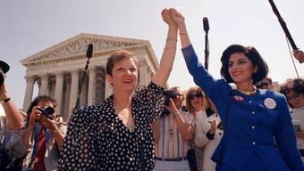 Norma McCorvey alias Jane Roe (links) mit ihrer Anwältin in einer Aufnahme von 1989: Ihr Fall legalisierte die Abtreibung in den USA. Nun ist sie 69-jährig gestorben. (Archivbild)
