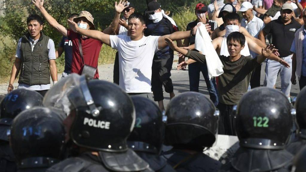 Die Polizei hindert Anhänger Atambayevs daran, zu dessen Haus im Dorf Koj-Tasch vorzudringen.