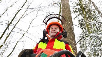 Forstwartlehrling Dominik Meier ist top motiviert, sein Berufsstand aber gefährdet.