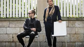 Lorenz «Lo» Häberli (links) und Luc «Leduc» Oggier posieren in Olten auf Stühlen, die mit «Gratis zum Mitnehmen» angeschrieben waren.