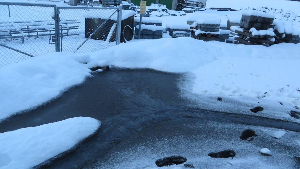 Spuren im Schnee und Schlamm vor der ARA Urnäsch.