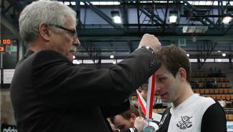 Stolze Gesichter beim Erstligisten Nuglar. Uniteds Yannick Tanner während der Medaillenübergabe.