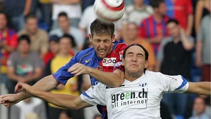 Noch ist Basel obenauf: Scott Chipperfield gewinnt 2005 ein Kopfballduell gegen Alain Nef – am Ende ist der FCZ Meister.
