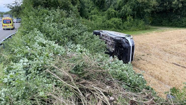 Der Lieferwagen überschlug sich und landete auf einem Feld.