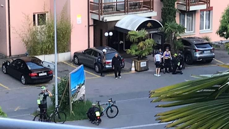 König Rama X (im bauchfreien Oberteil) verlässt das Seehotel. (Leserbild)