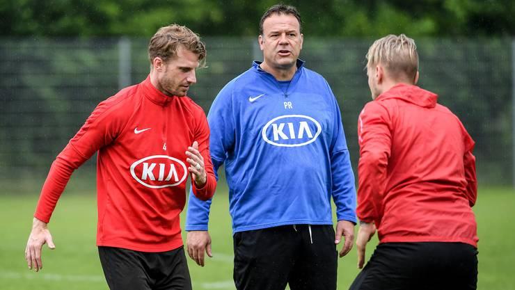 Der FC Aarau (im blauen Pulli Trainer Patrick Rahmen) muss damit rechnen, dass die Challenge-League-Saison abgebrochen wird - und dass dadurch auch bis auf weiteres nicht mehr trainiert wird.