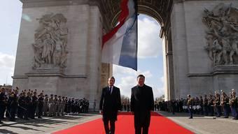 Militärische Ehren für Chinas Staatsoberhaupt in Paris: Frankreichs Präsident Emmanuel Macron (links) hat seinen chinesischen Amtskollegen Xi Jinping unter dem Triumphbogen empfangen.