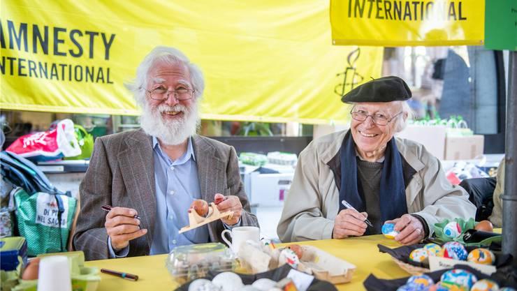 Fritz Breiter (l.) und Roman Candio bemalen Ostereier.