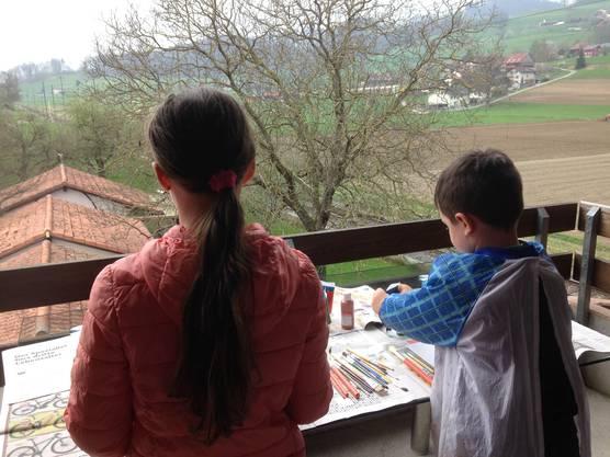 Die Kinder von Thirza Schneider lernen immer zu Haus . Ihre Schule findet auch mal auf dem Balkon statt