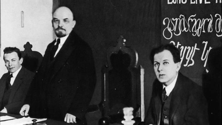 Das Präsidium des Gründungskongresses der Kommunistischen Internationale in Moskau im März 1919: Hugo Eberlein, Wladimir Iljitsch Lenin und Fritz Platten (von links)