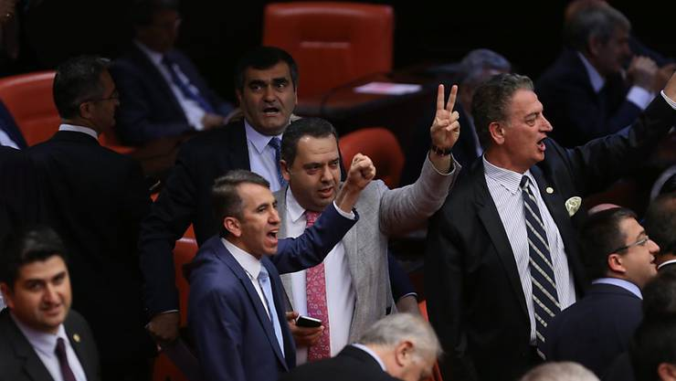 Aufregung während der Abstimmung im Parlament in Ankara.