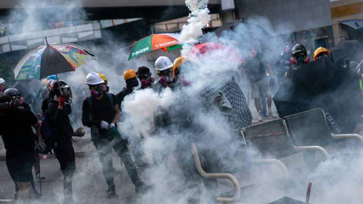 Sicherheitskräfte setzten am Dienstag in Hongkong erneut Tränengas ein und schossen sogar auf Demonstranten.