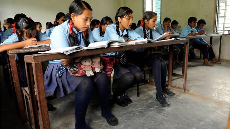Frontalunterricht in der Ambika Sekundarschule in Hemjabei Pokhara. 8000 anderenepalesische Schulen wurden durch die Katastrophe zerstört.  Peter Jaeggi