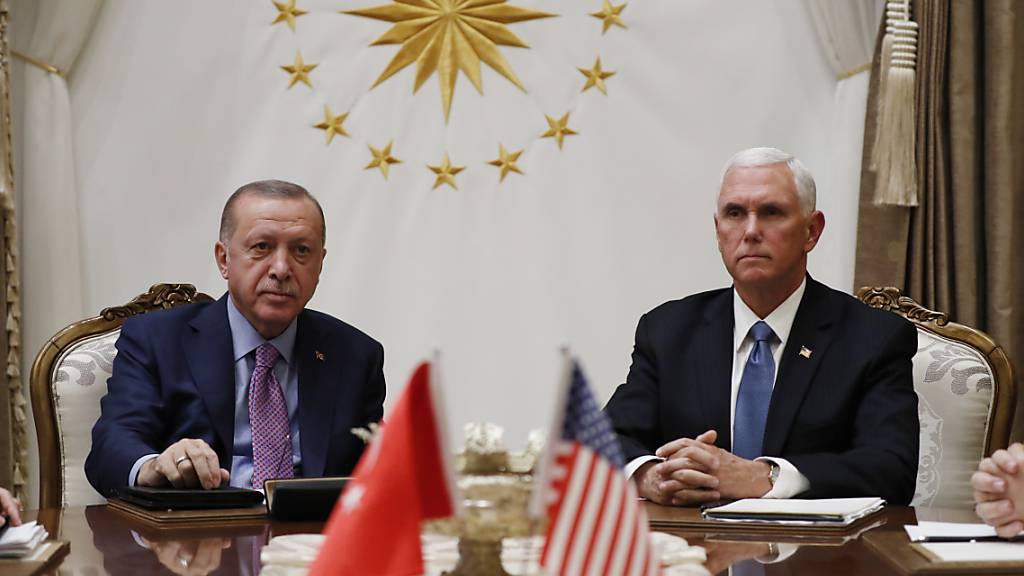 US-Vize-Präsident Mike Pence hat sich nach eigenen Angaben mit dem türkischen Präsidenten Recep Tayyip Erdogan auf eine Waffenruhe für den Nordosten Syriens verständigt.