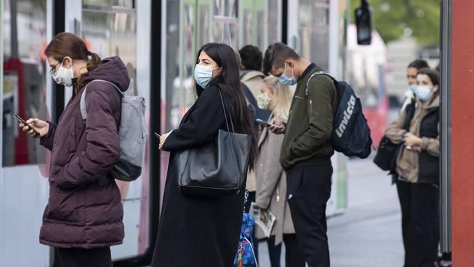 Masken sind unangenehm. Trotzdem haben sich viele daran gewöhnt.