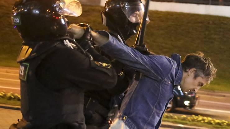 Polizisten verhaften einen Demonstranten während einer Kundgebung. Foto: -/TUT.by/AP/dpa
