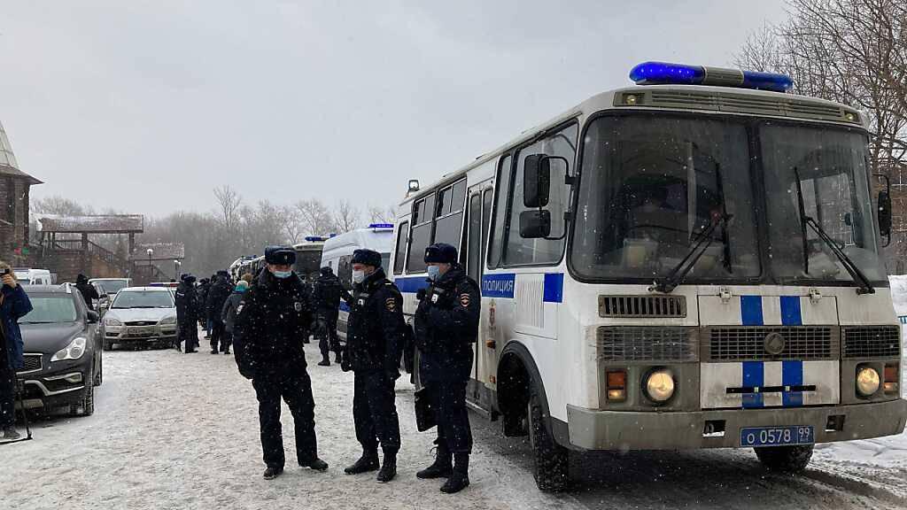 Russische Sicherheitskräfte haben bei einer Razzia in Moskau eine Versammlung der Opposition aufgelöst und mehrere Menschen festgenommen. Foto: Hannah Wagner/dpa