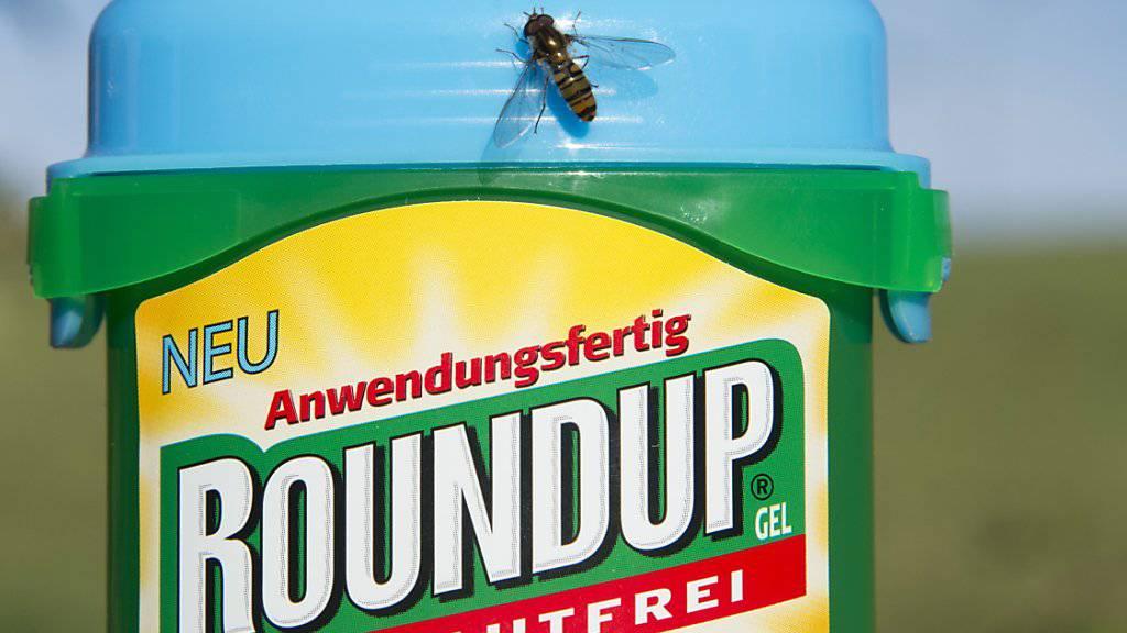 Steht im Verdacht, Krebs zu verursachen: das Unkrautvernichtungsmittel Roundup der Bayer-Tochter Monsanto. (Symbolbild)