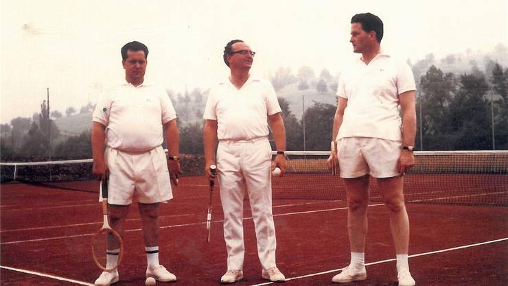 Es ist geschafft: Erich Bürgi, Josef Bamert und Peter Müller (v.l.) im Juli 1967 auf dem eben fertiggestellten Tennisplatz im Stieracker in Frick.