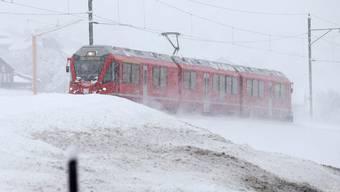 Die Rhätische Bahn hat mit Neuschnee zu kämpfen. (Archiv)