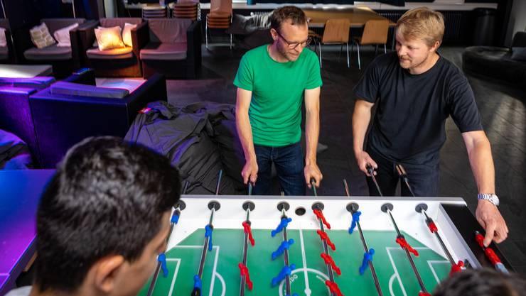 Die Jugendarbeiter Thomas Bollmann und Michael Koger fordern die Jugendlichen am Töggelikasten heraus.