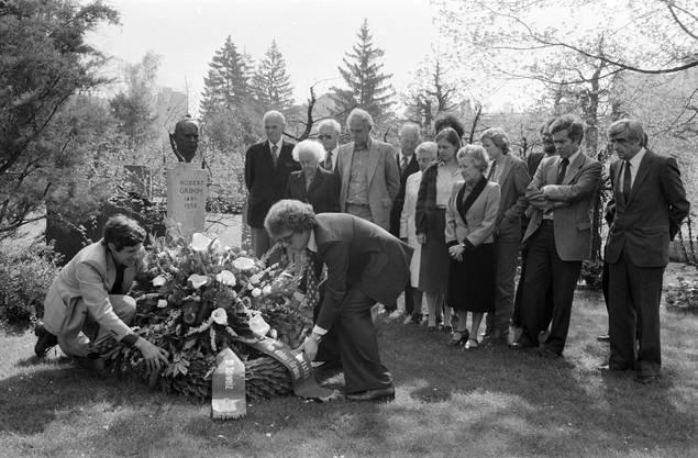 Zum Andenken an Robert Grimm legen Vertreter der SP  am 16. April 1981 auf dem Grab im Bremgartenfriedhof in Bern einen Kranz nieder. Mit dabei ist auch Jenny Grimm (Mitte).