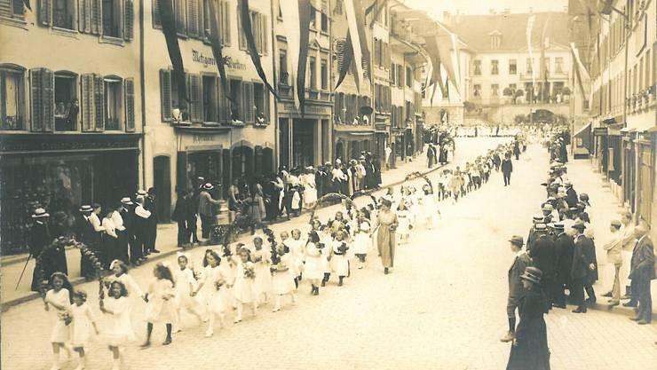 1914 tragen die meisten Mädchen kein Kränzchen, sondern eine weisse Schleife im Haar.