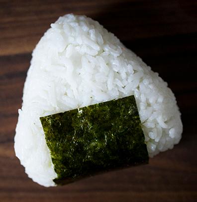 Onigiri: Ein Reisball ist in Japan ein beliebter Snack. (hapanom.com)