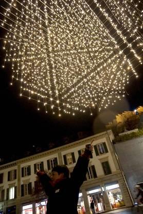 Stadtfüherin Ursula Dietrich unter der über 2000 LED-Lämpchen umfassenden Lichtkugel auf dem Schlossbergplatz