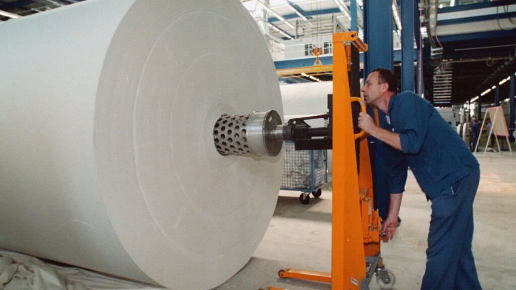 Die WC-Papierfabrik Tela in Niederbipp baut bis zu 25 Stellen ab. Ende letzten Jahres wurde die Fabrik von den Vorbesitzern Kimbely-Clark verkauft und operiert seitdem wieder unter dem alten Namen Tela. (Archivbild)