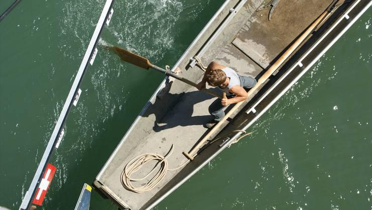 Von der Kettenbrücke aus kann gut beobachtet werden, ob das Boot die Markierung berührt.