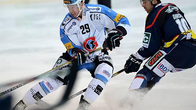 Giroux (r.) kommt gegen Fribourgs Kamerzin zu spät.